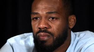 Jon Jones in lacrimi dupa ce a fost depistat pozitiv, astfel fiind scos din main event-ul UFC 200.