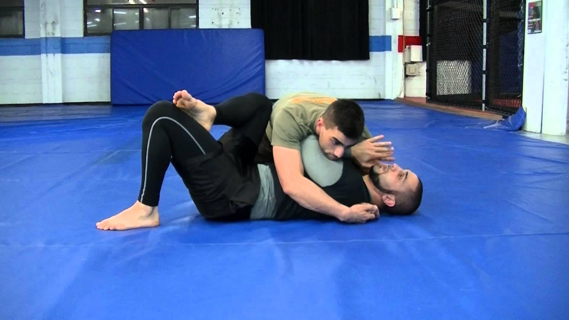 Postura de boxer. Mainile apropiate pentru a putea fi protejate.