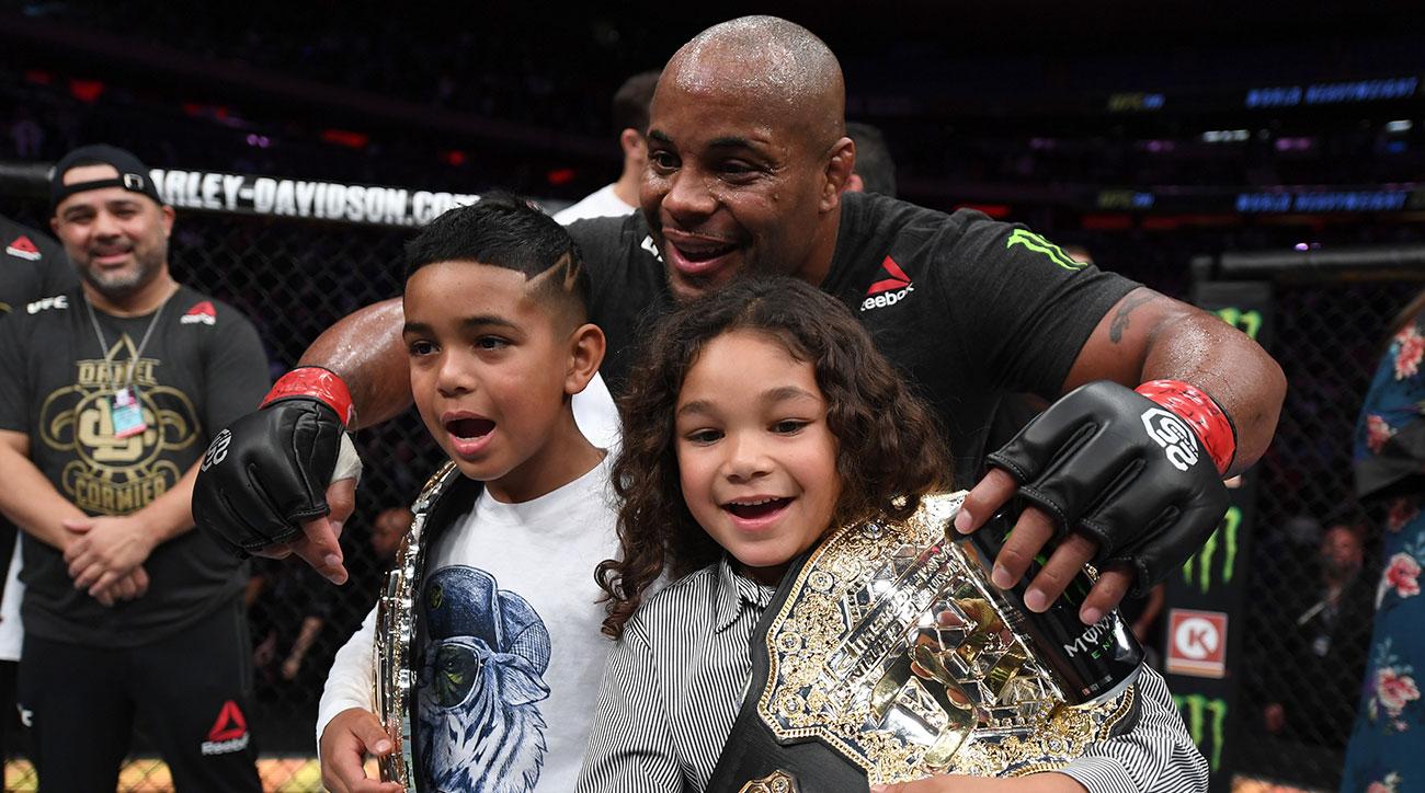 REZULTATE UFC 230: Daniel Cormier - imaginea bucuriei absolute alaturi de familie